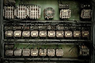 Alter elektrischer Schaltkasten vor grünem Hintergrund