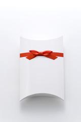 赤色リボンのプレゼント