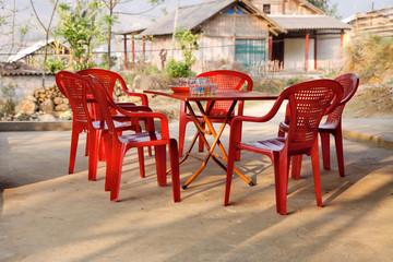 Rote Plastikstühle beim Homestay in Vietnam