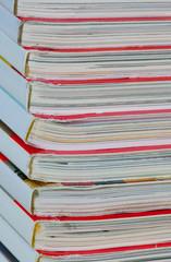 Zeitschriftenstapel mit rotem Titelblatt und farbigem Heftblock