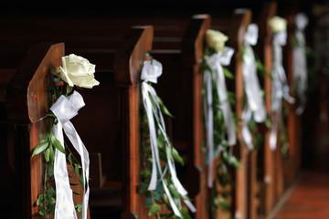 Blumenschmuck bei kirchlicher Trauung