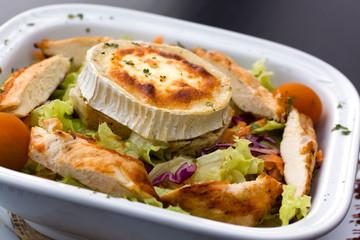 Rocky Mountain-Salat mit Chicken und überbackenem Käse