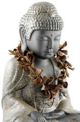 bouddha assis, collier fleurs sèches frangipanier, fond blanc