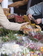 Bezahlung am Blumenstand