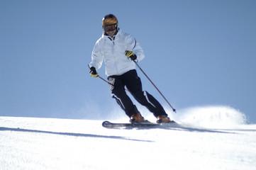 Pili en Sierra Nevada esquiando