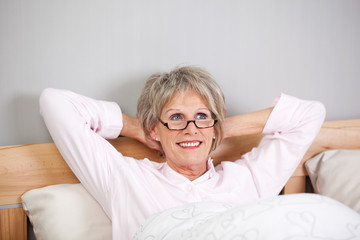 moderne ältere dame im bett