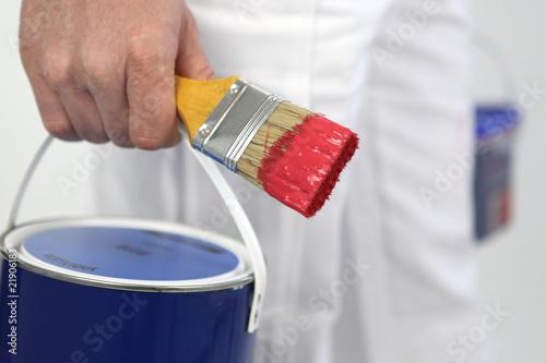 quot pot de peinture et pinceau dans la d un homme quot photo libre de droits sur la banque d