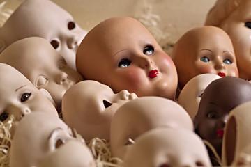 Porzellan Puppenköpfe in einer Kiste mit Holzwolle