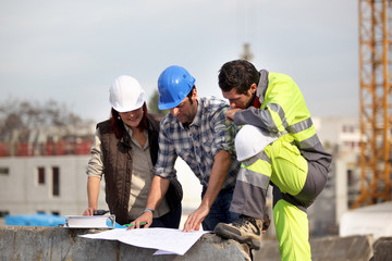 Entrepreneurs sur un chantier de construction