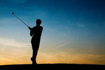Ältere Golfspielerin als Silhouette