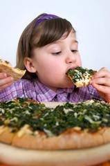 Mädchen schlingt Pizza hinunter