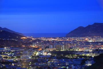 La pose en embrasure Palerme Sicily: panoramic night cityscape of Palermo.