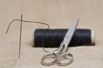 Hilo aguja y tijeras.