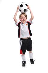 Junge hält den Fußball über seinen Kopf