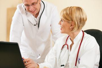 Ärzte diskutieren Laborergebnisse