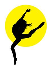 Springende Frau vor gelbem Hintergrund
