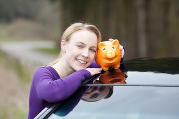 junge frau spart auf neues auto