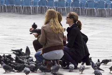 Drei Frauen und die Tauben auf dem Markusplatz