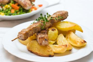 Fleischspieß und Ofenkartoffel
