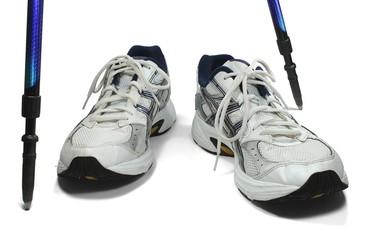 Sportschuhe frontal versetzt mit Stöcken