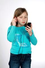 Młoda dziewczyna słucha muzyki na odtwarzaczu mp3