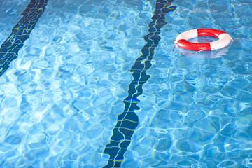 Rettungsreifen in Schwimmbecken