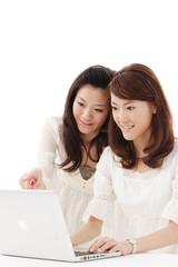 パソコンをする女性2人