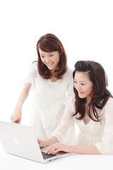 女性2人コンピューター