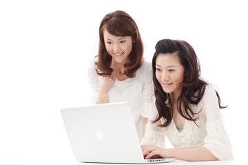 パソコンを使う女性2人