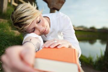 junge frau ist beim lesen eingeschlafen