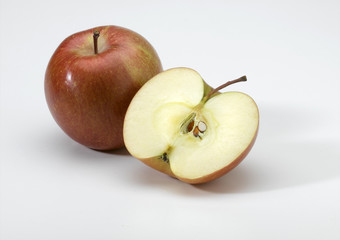pomme en entier et pomme coupée en deux