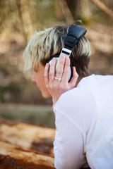 junge frau entspannt mit musik