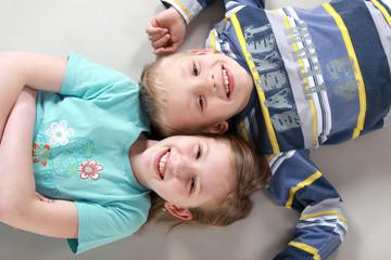 Fototapeta Dzieciaki leżące na podłodze obraz