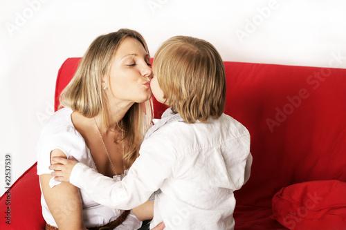 Mutter Küsst Kind Mit Zunge