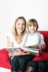 junge Mutter liest Ihrem Sohn vor