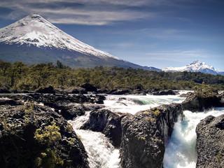 cascadas con volcán al fondo