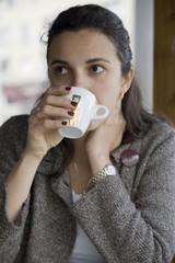 Frau trinkt Kaffee in einem Strassencafe