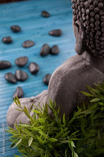 Buddha Mit Bambus Massage Steinen Und Schale Mit Bluten Stock