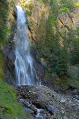 Люди, стоящие у водопада