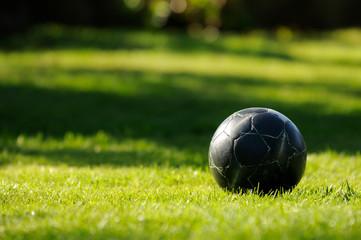 Balón de fútbol en la hierba