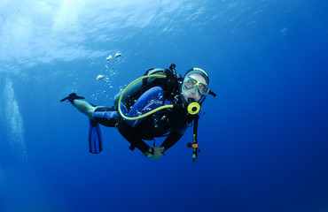 Papiers peints Plongée scuba diver in clear blue water
