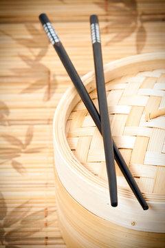 Cuiseur vapeur traditionnel en bambou avec baguettes