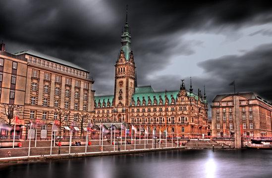 Dunkle Wolken über dem Hamburger Rathaus