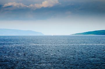Einsames Segelboot im Unwetter des Mittelmeeres