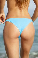Femme,bord de mer,bikini bleu,détail