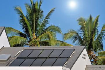 Panneaux photovoltaïques sur un toit.