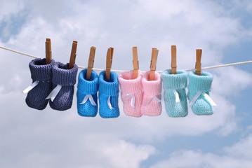 chaussons de bébé sur fil à linge