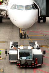 Flugzeug mit Zugfahrzeug