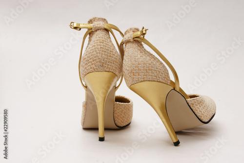 goldene pumps high heels stockfotos und lizenzfreie bilder auf bild 22909580. Black Bedroom Furniture Sets. Home Design Ideas