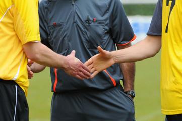 la poignée de mains des deux joueurs